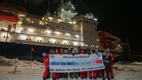 """Wissenschaftler solidarisieren sich vor der """"Polarstern"""" mit den Fridays-For-Future-Protesten."""