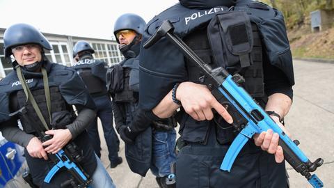 Polizisten präsentieren ihre Schutzausstattung