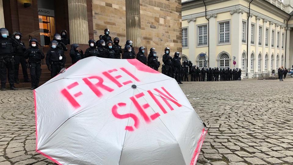 Zahlreiche Polizisten stehen am Friedrichsplatz bereit.