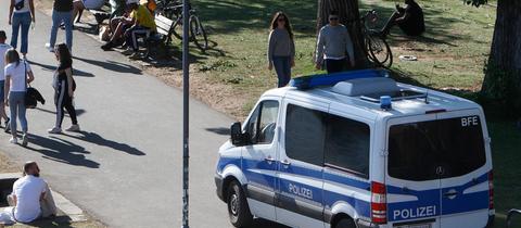Polizeiauto am Frankfurter Mainufer