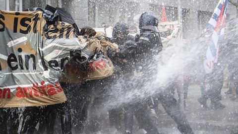 """Wasserwerfer der Polizei im Einsatz gegen """"Querdenken""""-Gegner"""