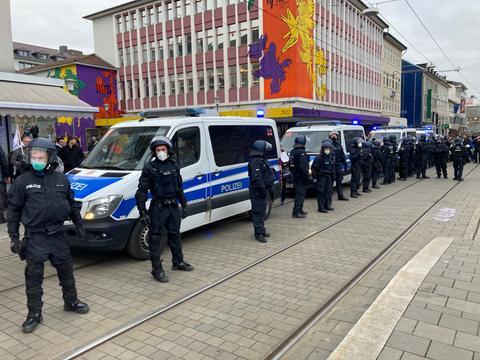 Polizisten formierieren sich am Friedrichsplatz.