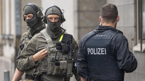 Polizisten sichern das Oberlandesgericht ab.