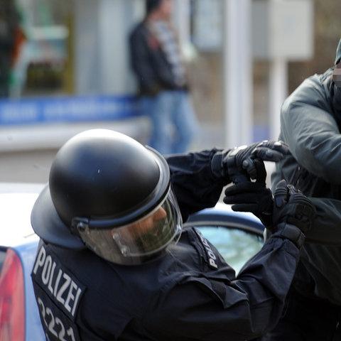 Polizist wird niedergeschlagen