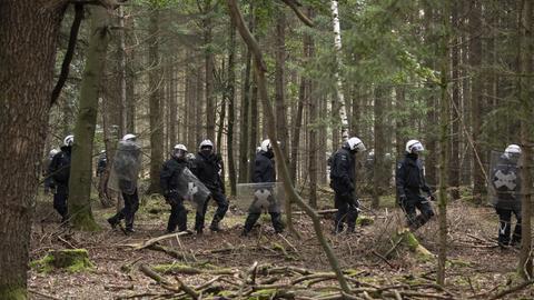 Die Polizei will den von Umweltaktivisten besetzten Wald bei Stadtallendorf räumen.