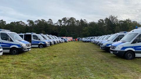 Improvisierter Parkplatz für Polizeiwagen vor dem Herrenwald