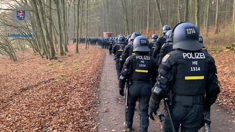 Polizeipräsidium Mittelhessen: Polizisten auf dem Weg in den Dannenröder Forst