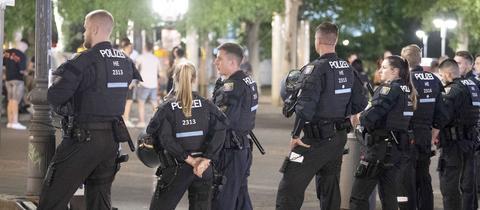 Seit den Opernplatz-Randalen ist an den Wochenenden ein Polizeigroßaufgebot unterwegs