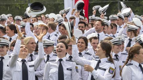 Mütze hoch zum Jubel: Frisch vereidigte Polizisten auf dem Hessentag