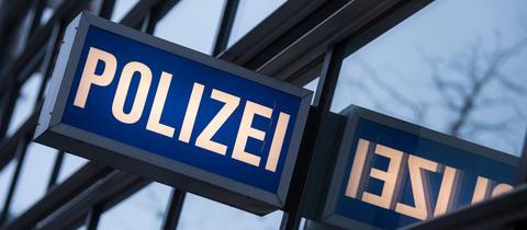"""Der Schriftzug """"Polizei"""" am 1. Polizeirevier auf der Frankfurter Zeil."""