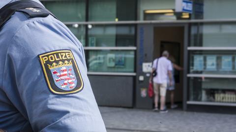Ein Polizist steht vor dem ersten Revier der Frankfurter Polizei.