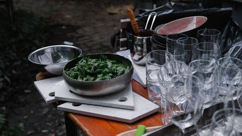 Ein Tisch mit Gläsern und Schüsseln im Pop-Up-Restaurant in Darmstadt