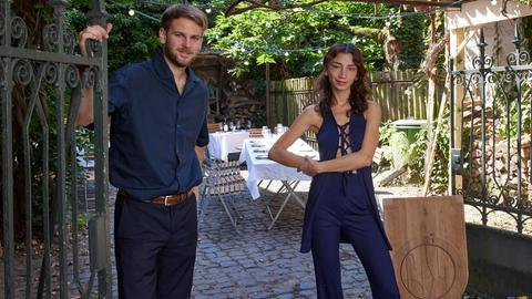 Lilli Bagradyans und Sven Grolik vor ihrem Pop-up-Restaurant in Darmstadt