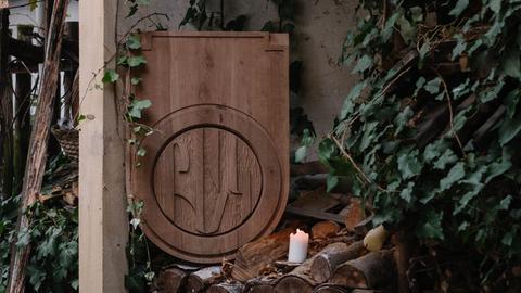 Ein geschnitztes Schild mit der Aufschrift Bak
