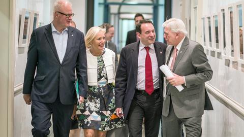 """""""Großanstrengung"""": Ministerpräsident Volker Bouffier (v.r.) mit den Ministern Alexander Lorz, Kristina Sinemus und  Thomas Schäfer."""