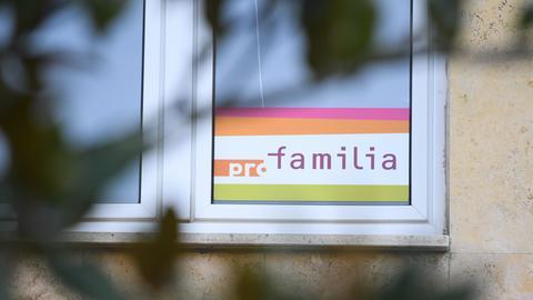 Schild einer Beratungsstelle von Pro Familia