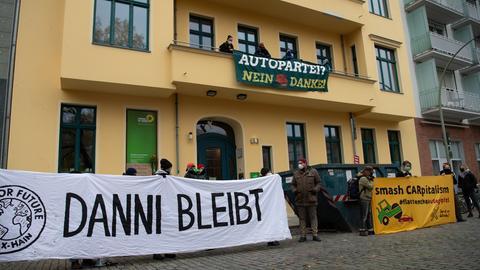 Demonstranten stehen vor der Bundesgeschäftsstelle von Bündnis 90/Die Grünen. Am Morgen besetzten Umweltschützer die Bundeszentrale der Partei. Damit wollen sie gegen den Bau der Autobahn A49 in Hessen protestieren.