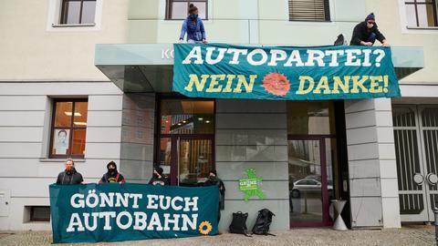 Demonstranten protestieren vor der Landesgeschäftsstelle der Grünen in Berlin.