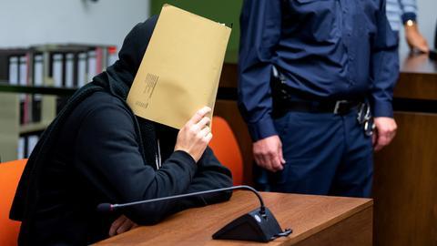 Der Angeklagte sitzt zu Prozessbeginn vor Gericht