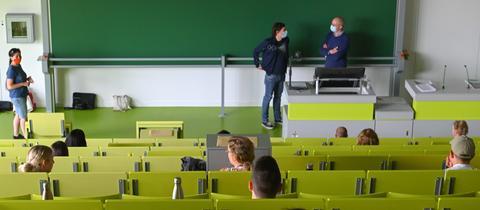Studierende von hinten mit viel Abstand voneinander