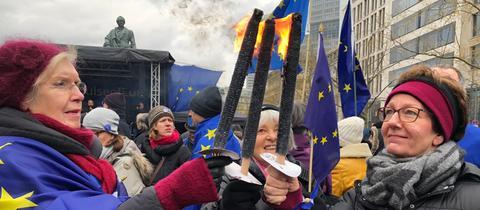 Teilnehmerinnen entzünden Fackeln für Europa.