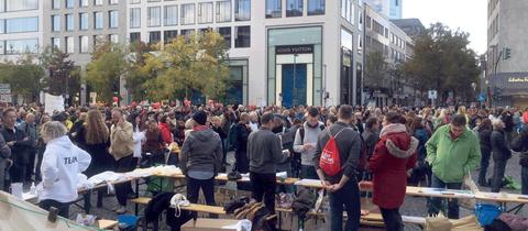 Die Teilnehmenden der Querdenken Anti-Coronamaßnahmen-Demo in Frankfurt am Goetheplatz - Masken und Abstand sind Fehlanzeige