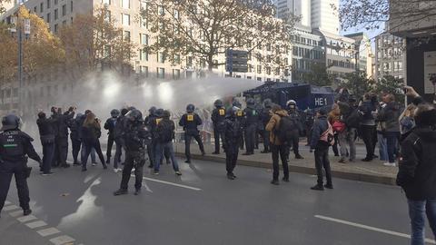 """Die Polizei setzt auf der """"Querdenken""""-Demonstration in Frankfurt einen Wasserwerfer gegen Gegendemonstranten ein"""