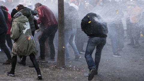 """Die Polizei setzt einen Wasserwerfer gegen die """"Querdenker""""-Demonstration in Frankfurt ein"""