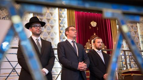 Die drei Rabbiner Nosson Kaplan (v.l), Benjamin Kochan und Joachanan Guggenheim am Montag in der Frankfurter Westend-Synagoge