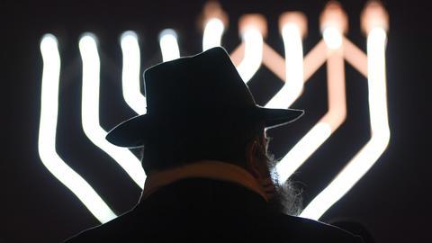 Rabbiner vor Chanukka-Leuchter