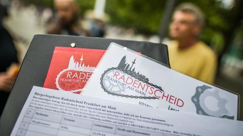 Radentscheid - Kladde mit Unterschriftenlisten