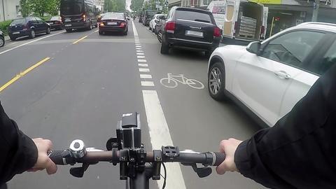 Radspur aus Sicht eines Radfahrers. Die Spur führt zu eng an parkenden Autos vorbei.