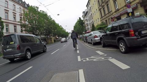Radfahrer und Autos in Frankfurt