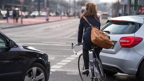 Frau radelt im Stadtverkehr