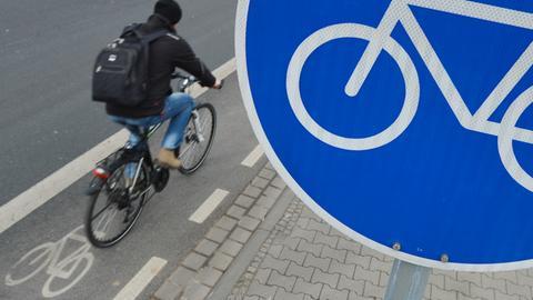 Fahrradspur mit Radweg-Schild