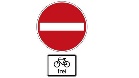 Ein Zusatzschild erlaubt das Radfahren gegen die Einbahnstraße