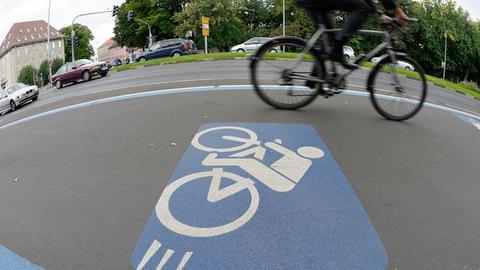 Ein Fahrradfahrer fährt auf einem Radschnellweg