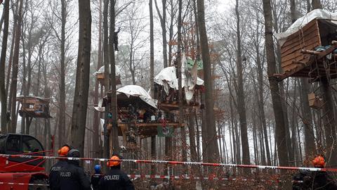 Räumung in einem der größten Baumhaus-Dörfer der Waldbesetzer im Dannenröder Forst.