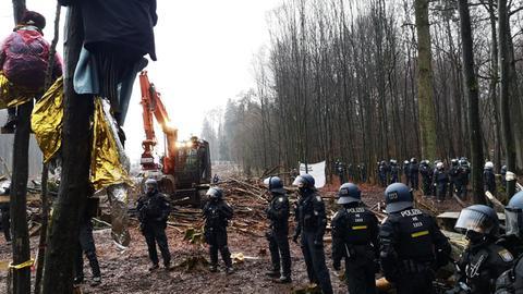 Die Räumung im Dannenröder Forst geht am Sonntag mit vielen Polizisten weiter.