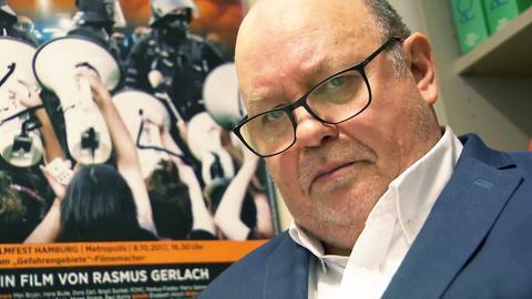 Rafael Behr in Nahaufnahme. Er schaut in einem Büro sitzend direkt in die Kamera.
