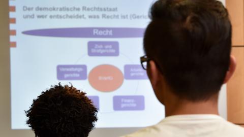 Jugendliche Flüchtlinge während eines Vortrags im Rechtskurs.
