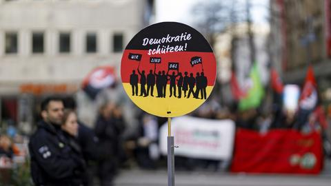 """Schild """"Wir sind das Volk"""" am Informationsstand einer rechten Gruppe"""