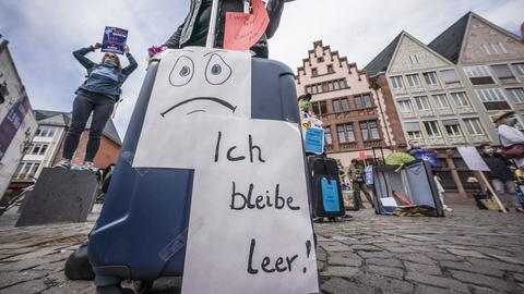 """Ein Koffer mit der Aufschrift """"Ich bleibe leer"""" auf der Demo der Reisebüros und Reiseveranstalter in Frankfurt. Die Branche befürchten den Abbau von Arbeitsplätzen."""