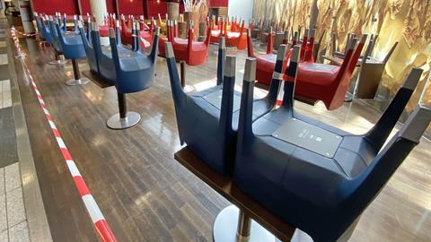 Stühle und Tische abgesperrt