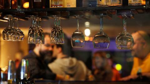 Gläser hängen über dem Tresen im Restaurant.