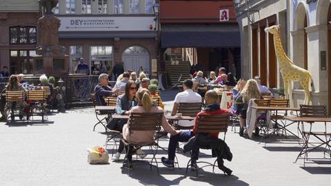 Restaurants und Cafés haben auch in der Frankfurter Altstadt wieder geöffnet.
