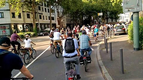 """Radfahrer beim """"Ride of Silence"""" in Frankfurt"""