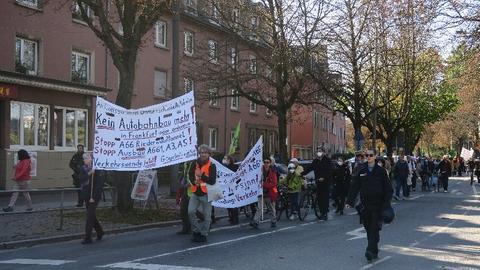 Vom Stadtteil Frankfurt-Bornheim zogen die Fußgänger in den Wald.