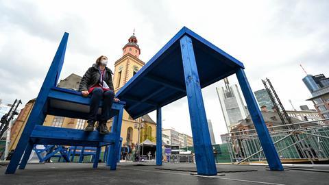 Riesen-Tisch und ein Riesen-Stuhl