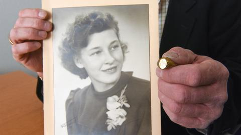 Foto der jungen Frau und ihres Ringes.